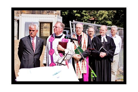 Mauerdurchbruch in der Michaeliskirche am 26. Juni 2006
